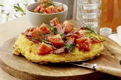 Bondeomelett med tomatsalat Frisk, Bruschetta, Bacon, Brunch, Gluten, Breakfast, Ethnic Recipes, Food, Breakfast Cafe