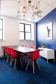 Another look at CoLab Factory, a Brooklyn-based coworking space. Grey Carpet Bedroom, Brooklyn, Shabby Chic Table And Chairs, Cheap Carpet Runners, Blue Carpet, Eames Chairs, Patterned Carpet, Floor Design