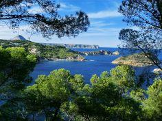 #CapdeNegre bij #Javea. Een woest gebied met stijle rotswanden, ministrandjes en eilandjes. Aan de horizon is de #Montgó zichtbaar. Er loopt een goed begaanbaar gemarkeerd wandelpad over de kaap vanwaar u kunt genieten van schitterende vergezichten..