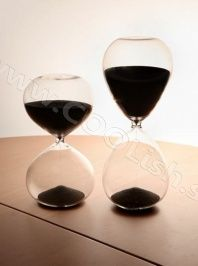 O so cool hourglass :) Gadget Gifts, Hourglass, Office Decor, Red Wine, Cool Stuff, Stuff To Buy, Alcoholic Drinks, Lights, Black
