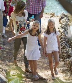 スペイン・マジョルカ(Mallorca)島のブニョラ(Bunyola)に滞在中の、同国のレティシア王妃(Queen Letizia、左)、ソフィア王女(Princess Sofia、中央)、レオノール王女(Princess Leonor、2014年8月11日撮影)。(c)AFP/JAIME REINA ▼12Aug2014AFP|スペイン国王一家 マジョルカ島で夏休み http://www.afpbb.com/articles/-/3022903