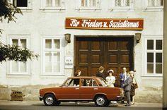 """Hochzeitsgäste stehen unter einer Parteilosung """"Für Frieden und Sozialismus"""", aufgenommen ca. 1980 in Erfurt   Foto: Uwe Gerig"""