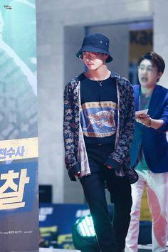 shoulder to cry on 💜 Kpop Fashion, Korean Fashion, Airport Fashion, Taekook, Bts Clothing, Kim Taehyung, Taehyung 2017, Airport Style, Bts Airport