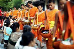 Luang Prabang được coi là nơi bảo tồn di sản về nghệ thuật và kiến trúc: với hơn 30 cung điện tráng lệ được xây dựng từ thế kỷ 14; khoảng 40 ngôi chùa cổ được xây dựng từ những triều đại khác nhau; là thành phố nhỏ cổ xưa nhất của Lào còn tồn tại là sự kết hợp hài hòa của màu sắc, bề mặt và các phong cách kiến trúc, hàng trăm ngôi nhà cổ bằng gỗ được sắp xếp trật tự dọc theo các dãy phố nhỏ. Năm 1995, Luang Prabang đã được UNESCO công nhận là một trong những di sản văn hóa của thế giới.