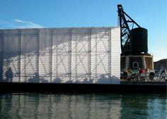 Il Padiglione che ospita la mostra sulle Citta' d'Acqua della Biennale di Architettura del 2004 è un'architettura galleggiante, che sull'acqua si appoggia, dell'acqua assorbe il carattere e ne sfrutta le potenzialita'. Il padiglione d'acqua, si fa...