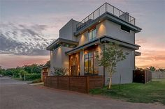Hot Property: Modern Home Overlooking the Belmont Hotel - D Magazine Dfw Real Estate, Real Estate Book, Real Estate School, Real Estate Signs, Global Real Estate, Estate Law, Belmont Hotel, Small House Decorating, Modern Architecture House