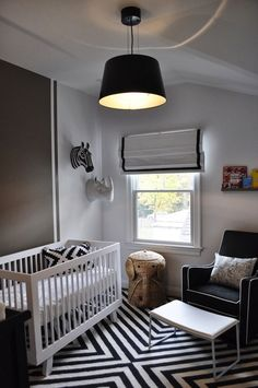The black and white color scheme in this modern nursery looks amazing when paired with geometric elements. #nursery