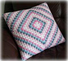 Crochet Cushion Pattern, Crochet Border Patterns, Crochet Pouf, Crochet Cushion Cover, Diy Crochet And Knitting, Crochet Pillow, Crochet Squares, Cotton Crochet, Knitted Cushions