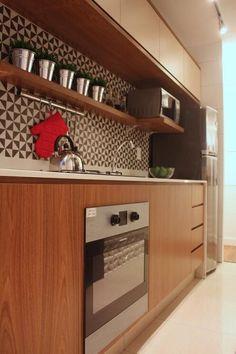 Cozinha planejada com armário de madeira e forno embutido Projeto de SP Estúdio