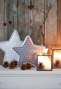 Zwei neu genähte, grau-weisse Sternkissen dienen zur Zeit, zusammen mit ein paar Kerzen und Zapfen, als Dekoration im Wohnzimmer. (Die wü...