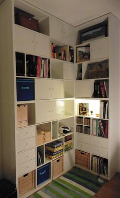 Matériel : 4 meubles Kallax: 2 meubles 4×2 cases,2 meubles 4×4 cases, 12 portes, 3 paniers et 4 blocs de 2 tiroirs Description : Après avoir fait le tour des magasins, et halluciné sur les prix des bibliothèques d'angle, cela nous est apparu comme une évidence : nous allions la construire nous-mêmes. IKEA allait de soi. C'est déjà le fournisseur officiel de 90% du mobilier chez nous, c'est costaud, niveau rapport qualité-prix on est convaincus et surtout, ça se transforme !!! Nous voulions…