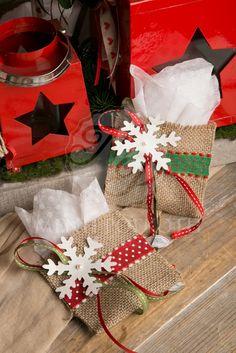 Χριστουγεννιάτικη μπομπονιέρα βάπτισης χειροποίητο φακελάκι λινάτσας με πουά κορδέλα και χάρτινη χιονονιφάδα. Christmas handmade favor. #christmasfavors #christmasgifts #christmasbaptism