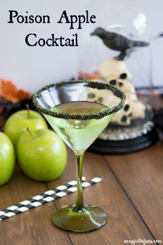 Make this Poison Apple Cocktail as your signature drink at your next Halloween party. It's so easy t Beste Cocktails, Vodka Cocktails, Easy Cocktails, Cocktail Drinks, Fun Drinks, Party Drinks, Disney Drinks, Bourbon Drinks, Cocktail Desserts