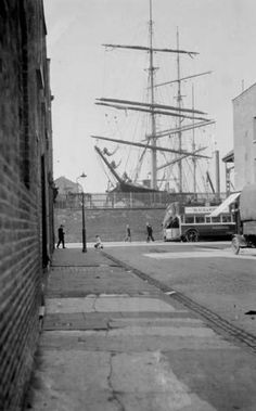 Byng Street on the Isle of Dogs around 1925 - huge Clippers used the docks to deliver cargo, London Victorian London, Vintage London, Old London, London Pictures, Old Pictures, Old Photos, London History, British History, London Docklands