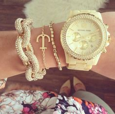 Michael Kors Watch and Bracelets Handbags Michael Kors, Michael Kors Bag, Jewelry Accessories, Fashion Accessories, Arm Party, Favim, Cream And Gold, Fashion Watches, Chic