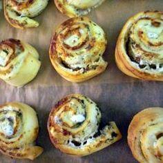 Pizzaschnecken mit Kräuterfrischkäse-Feta-Creme und 87.000 weitere Rezepte entdecken auf DasKochrezept.de