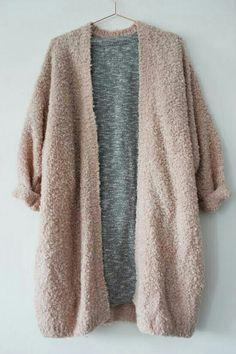Cardigan rosa, vestido gris, tenis blancos