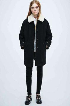 Abrigos de borrego para el invierno 2015: fotos de los modelos - Abrigo con cuello borrego UO