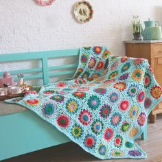 A colourful granny square blanket in splashing colour! Get the free pattern now!