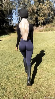Equestrian Girls, Equestrian Outfits, Sexy Leggings Outfit, Horse Girl Photography, Curvy Outfits, Sport Girl, Sensual, Short, Beach Girls