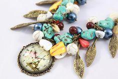 Bijoux unique pour amateur de pièce unique, collier créateur à breloque. Cet magnifique bijou est une pièce unique, une pièce inspirée, faite de perles turquoise, de verre, de perles de bohème, de pierre semi précieuse,de breloque de métal bronzé et pendentif à cabochon Ce collier est un camaïeu de couleurs qui forme un tout dans un des tons assez discret qui en font le charme. Essayez le,vous allez l'adopter tout de suite.