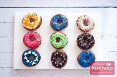 Pączki amerykańskie donuts lub doughnuts z czekoladą. Puszyste, kolorowe pączki z dziurką i kolorowym lukrem lub polewą. Najlepsze donuts - przepis wideo. Doughnuts, Desserts, Food, Tailgate Desserts, Deserts, Essen, Postres, Meals, Dessert