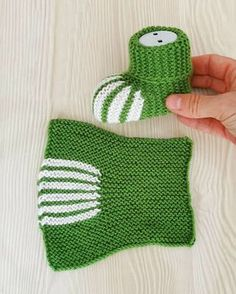 Knit Slippers Free Pattern, Baby Booties Knitting Pattern, Baby Boy Knitting Patterns, Crochet Baby Boots, Knitted Booties, Crochet Doily Patterns, Crochet Poncho, Knitting Socks, Knitted Hats