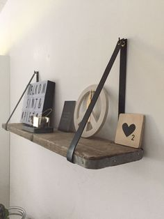 Next Post Previous Post Leren plankdragers – Houten planken Black leather shelf supports, with a scaffold wooden shelf! Black Shelves, Wood Shelves, Shelving, Scaffolding Wood, Diy Home Decor, Room Decor, Interior Desing, Home Living Room, Room Inspiration