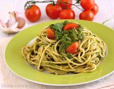 Pasta al pesto di rucola e pomodorini, un primo piatto fresco, leggero e molto gustoso. La preparazione è facile e veloce.