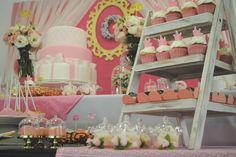 Digna de princesa – De.Cuore. festa coroa dourada, realeza ou princesa. Esse tema super tradicional não precisa ser carregado e pode ter toques delicados e românticos como nessa mesa com muitas flores naturais, detalhes dourados, muito cor de rosa e branco. aniverário 1 ano menina