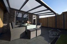 Gumax moderne terrasoverkapping in antraciet met polycarbonaat dak. #overkapping #tuin