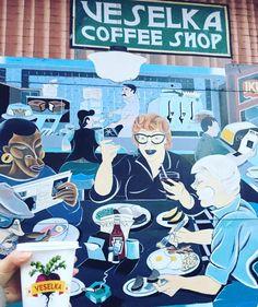 Ah, Veselka. Ouvert depuis 1954, le restaurant ukrainien a survécu à tous les cataclysmes abattus sur l'East Village : héroïne et crime rampant dans les 70's, hausse des loyers aujourd'hui (une plaie encore plus létale). Ouvert 24h/24, Veselka cale les grosses faims des clubbers dès 5h du matin. Le reste de la journée il accueille sans discrimination les grands-mères du quartier, les acteurs de cinéma, les zonards, les étudiants. La carte de Veselka propose un mix de grands classiques, e...