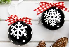 Chalk Style Snowflake Ornaments and Huge Giveaway - Vinyl Christmas Ornaments, Snowflake Ornaments, Snowflakes, Silhouette Cameo Projects, Lp, Giveaway, Cricut, Cross Stitch, Design Ideas