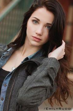 Эмили фотомодель, манекенщица, начинающая актриса. Проживает в Лос-Анджелесе