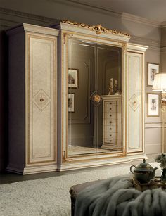 Bedroom Leonardo The Leonardo bedroom welcomes you with its sense of harmony and splendour. An ambience that expresse the splendour and the quality of neoclassical design. Classic Bedroom Furniture, Royal Furniture, Home Decor Furniture, Luxury Furniture, Furniture Design, Refurbished Furniture, Bedroom Cupboard Designs, Wardrobe Design Bedroom, Bedroom Decor