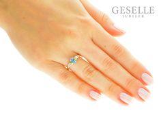 Luksusowy pierścionek od GESELLE Jubiler: żółte złoto 14K, błękitny topaz blue i diamenty o masie 0,06 ct - GRAWER W PREZENCIE | PIERŚCIONKI ZARĘCZYNOWE \ Brylanty \ Topaz Blue od GESELLE Jubiler