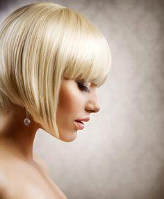 Moderne Bob Frisur in der brillanten Haarfarbe blond für das Jahr 2013