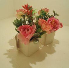 Dupla de mini vasos rosas,vaso em cerâmica, flores e matinhosartificiais. R$ 38,43
