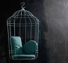 Coup de coeur design : un fauteuil suspendu en forme de cage à oiseau