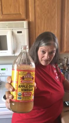 Will drinking Apple Cider Vinegar help you lose weight? This grandma took the apple cider vinegar 2 week challenge. See how well it worked for her! Taking Apple Cider Vinegar, Apple Cider Vinegar Remedies, Apple Cider Vinegar Benefits, Apple Cider Vinegar Detox, Apple Cider Vinegar For Weight Loss, Natural Cold Remedies, Cold Home Remedies, Herbal Remedies, Cider Vinegar Weightloss