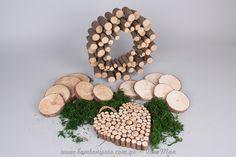 Καρδιά από κλαδιά ξύλου, βρύο φυσικό και ξύλινα σουβέρ για ένα boho παραμυθένιο στυλ.