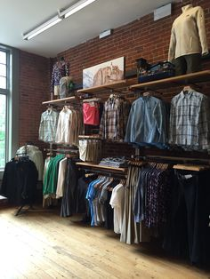 Clothing Store Interior, Clothing Store Displays, Clothing Store Design, Boutique Decor, Boutique Interior, Denim Display, Visual Merchandising Fashion, Store Layout, Retail Store Design