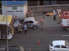 Ônibus bate em carro e causa lentidão na Linha Vermelha, no Rio +http://brml.co/1yMQB16