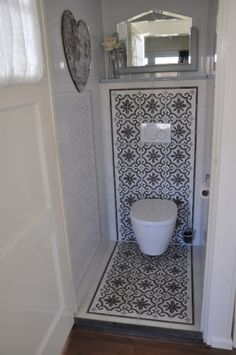 Foto's van cementtegels & projecten met Portugese tegels Photos & # s of cement tiles & projects with Portuguese tiles Guest Toilet, Small Toilet, Downstairs Toilet, Corner Toilet, Bathroom Toilets, Small Bathroom, Portuguese Tiles, Beautiful Bathrooms, Bathroom Interior
