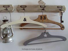 Ancien cintres en bois : Accessoires de maison par louise-et-juliette