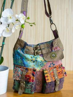 totally cute and 🛍️ Purses and Bags Patchwork Bags, Quilted Bag, Jean Purses, Purses And Bags, Bag Quilt, Buckle Bags, Boho Bags, Craft Bags, Fabric Bags