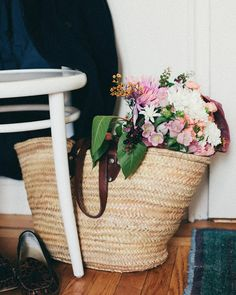 A CUP OF JO: 3 ways to arrange supermarket Arrangement Bunch Of Flowers, Fresh Flowers, Spring Flowers, Silk Flowers, Beautiful Flowers, Happy Flowers, Beautiful Things, Market Baskets, Elements Of Style