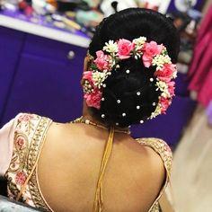 42 ideas wedding makeup diy hairdos - Martha Home Bridal Hairstyle Indian Wedding, Bridal Hair Buns, Bridal Hairdo, Indian Wedding Hairstyles, Bengali Wedding, Wedding Mehndi, Bridal Shoot, Diy Wedding Makeup, Bridal Makeup