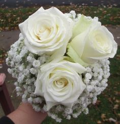 Click to view White Roses Bouquet with Babies Breath Collaring