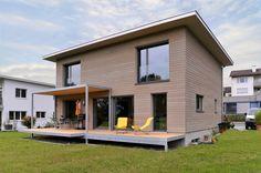 Einfamilienhaus in Holzsystembau mit Holzfassade in Lärche.